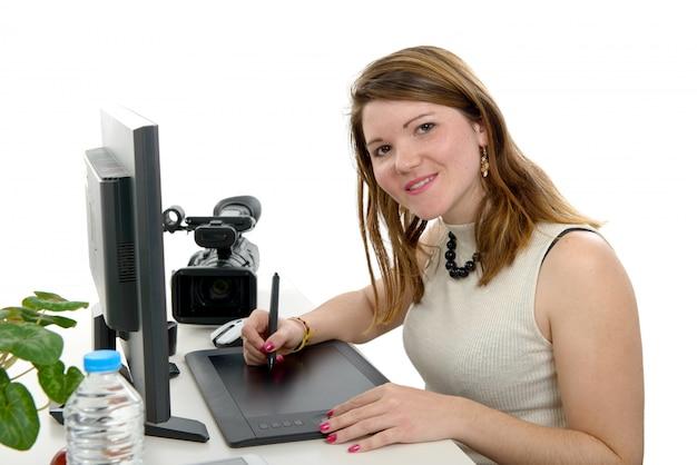 Progettista della giovane donna che per mezzo della tavola dei grafici
