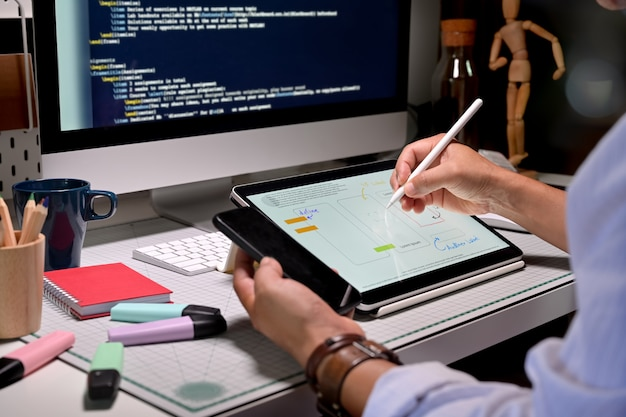 Progettista di ux creativo schizzo pianificazione prototipo di sviluppo dell'applicazione per l'applicazione mobile