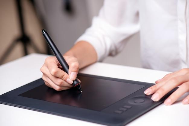 Progettista grafico che utilizza tablet