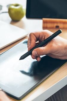 Progettista grafico che utilizza una tavoletta grafica