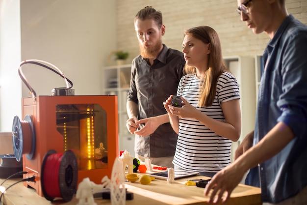 Progettisti che discutono della stampa 3d nello studio