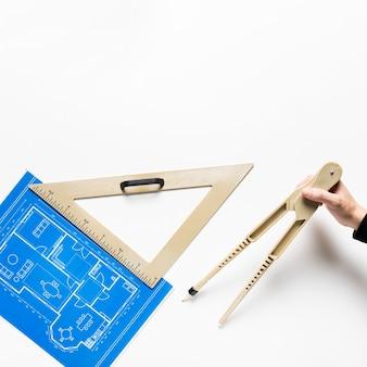 Progetto architettonico piatto con composizione di strumenti diversi