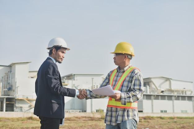 Progetto di costruzione di costruzione di conversazione di architettura di comunicazione dell'uomo d'affari di due persone