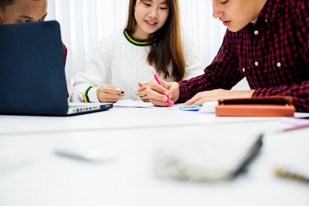 Progetto di gruppo di studio di brainstorming con i compagni di classe