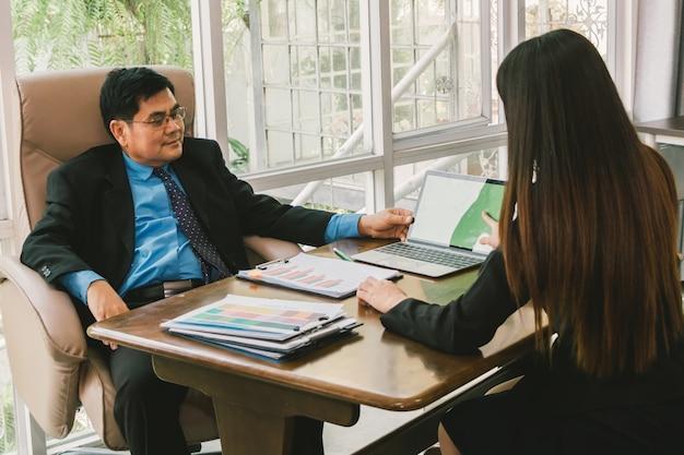 Progetto di segretario presente con laptop e discussione con il manager