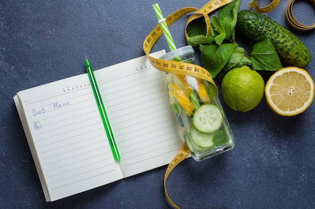 Programma di dieta e routine di allenamento fitness. acqua disintossicante sana per dimagrire