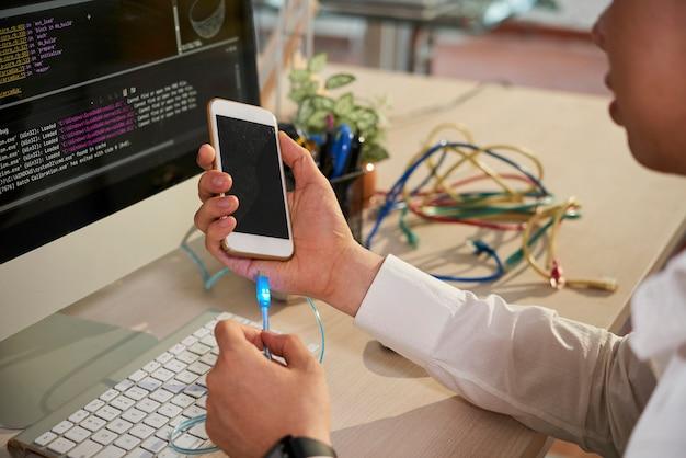 Programmatore che collega il telefono con il computer