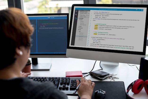 Programmatore che lavora con software per computer