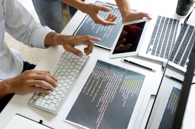 Programmatore del gruppo di lavoro di squadra che lavora con il computer