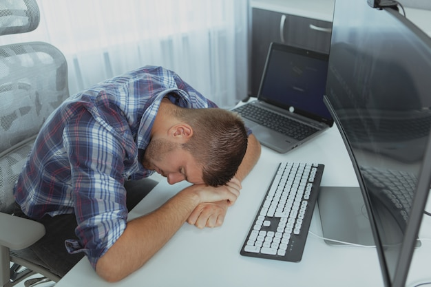 Programmatore di computer maschio che lavora da casa