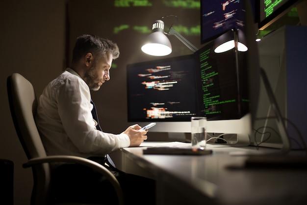 Programmatore di talento che lavora fino a tardi