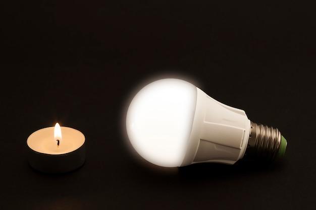 Progresso dell'illuminazione con candela e lampadina a led.