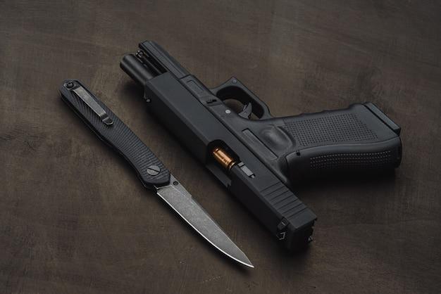 Proiettile e coltello di pistola tattici.
