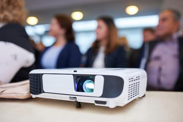 Proiettore funzionante nella sala conferenze. sfocato sullo sfondo.