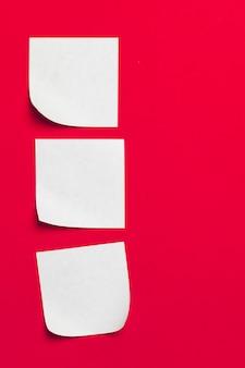 Promemoria note adesive su rosso
