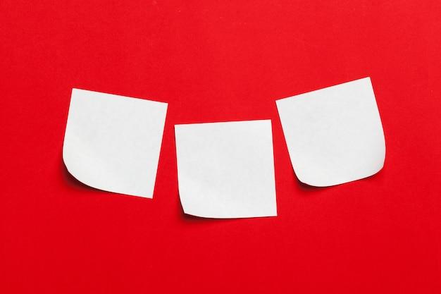 Promemoria note adesive sul rosso