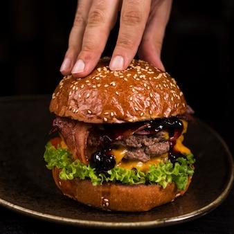 Pronto per essere servito gustoso hamburger di manzo con formaggio