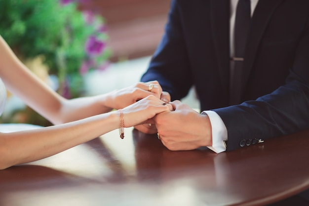 Proposta di matrimonio con anello di diamanti
