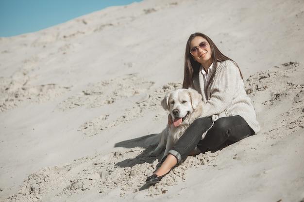 Proprietario del cane con hes pet all'aperto