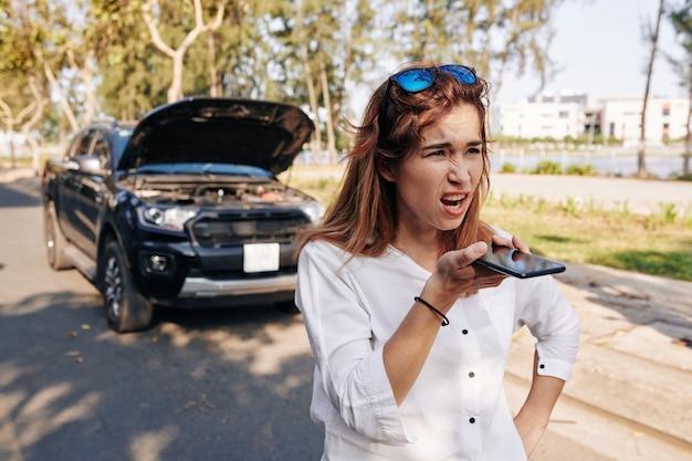 Proprietario dell'auto che registra un messaggio vocale