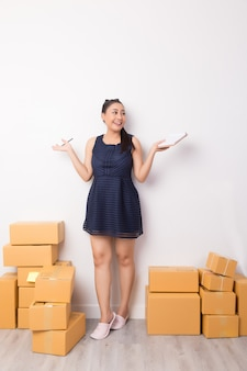 Proprietario di affari che lavora con le scatole