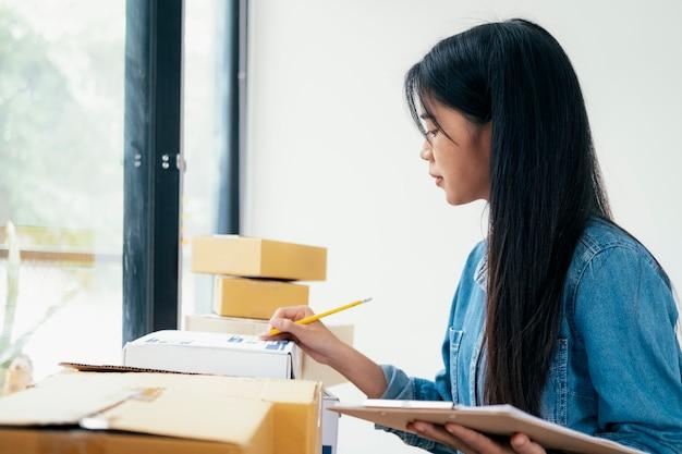 Proprietario online di piccole imprese che controlla ordine.