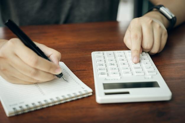 Proprietario seduto sul calcolo della tassa annuale braccialetti dal fatturato per ridurre la tassa.