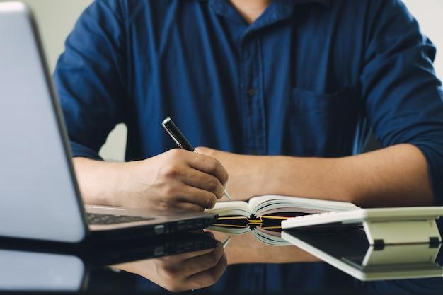 Proprietario seduto sul calcolo della tassa annuale bracciali dal fatturato per ridurre la tassa.