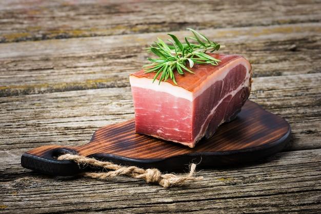 Prosciutto affumicato delizioso sulla tavola di legno