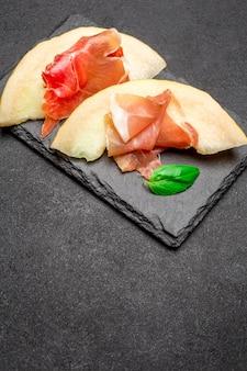 Prosciutto al melone. antipasto italiano tradizionale