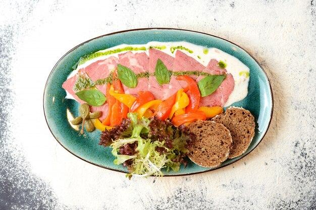 Prosciutto cotto con peperone, lattuga e basilico