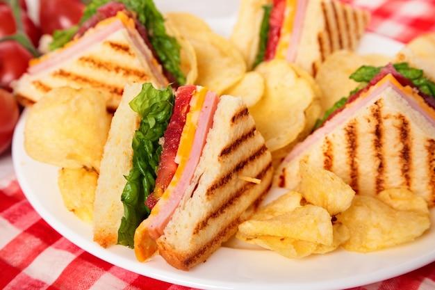 Prosciutto e formaggio sandwich club da vicino
