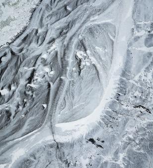 Prospettiva aerea dall'alto verso il basso del sentiero ghiacciato che porta alla base del ghiacciaio sólheimajökull