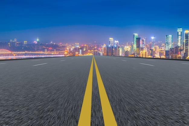 Prospettiva asfaltata giallo trasporto vuoto sparso
