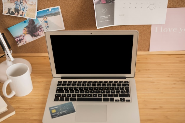 Prospettiva dell'angolo alto su uno scrittorio con un computer portatile