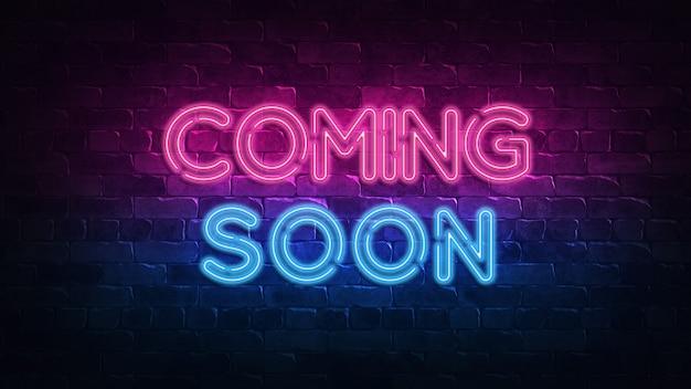 Prossimamente insegna al neon. bagliore viola e blu. testo al neon. muro di mattoni illuminato da lampade al neon. illuminazione notturna sul muro.