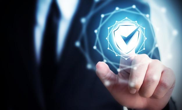 Proteggi il computer di sicurezza della rete e al sicuro il tuo concetto di dati, scudo toccante dell'uomo d'affari protegge l'icona