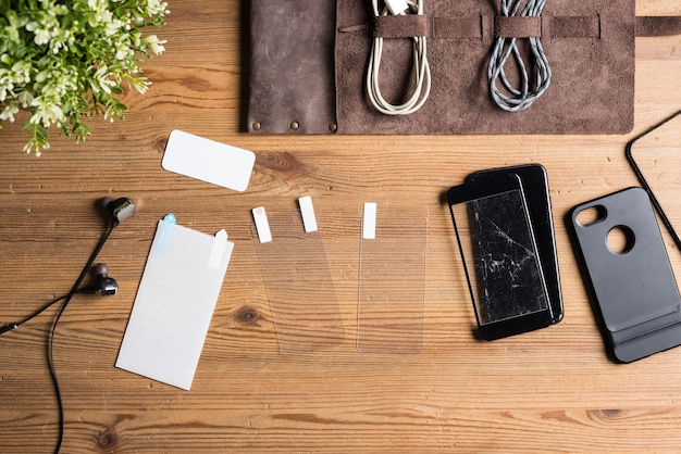Proteggi schermo sulla scrivania in legno