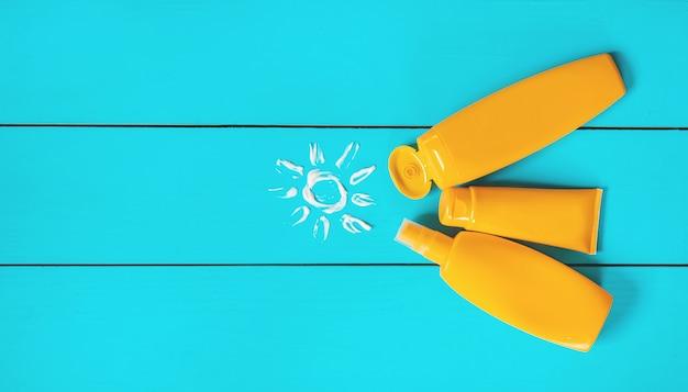 Protezione solare sulla mano di un bambino. messa a fuoco selettiva