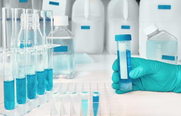 Provette scientifiche con campioni liquidi