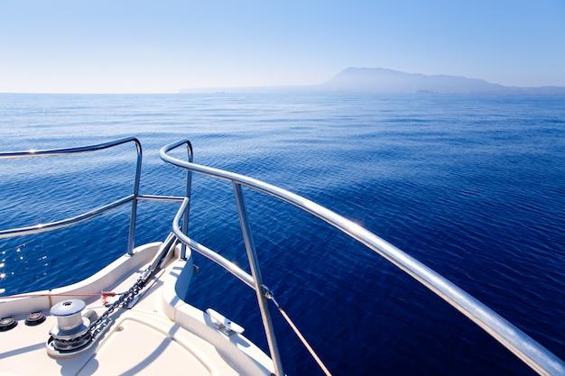 Prua della barca che naviga nel mar mediterraneo blu