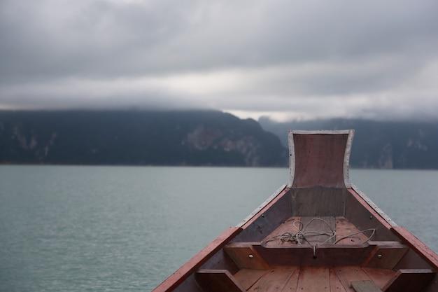 Prua della barca che naviga nel mare con il cielo
