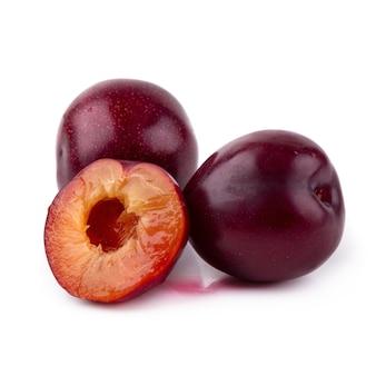 Prugna ciliegia rossa isolata su fondo bianco