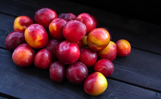Prugna di ciliegia su un fondo di legno