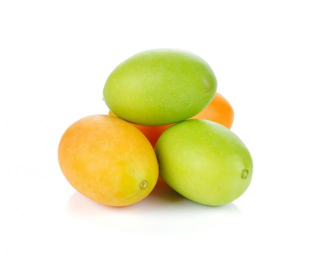 Prugna mariana o frutti di maprang della tailandia isolati