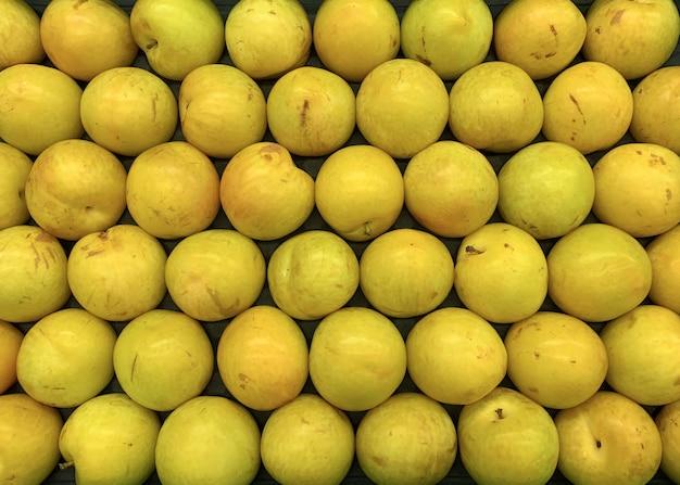 Prugne fresche sul mercato