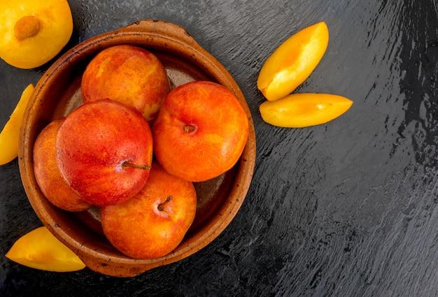 Prugne gialle e arancioni (varietà nota come miele o mirabelle). colore giallo, arancione, arancione. dieta sana a base di frutta (disintossicante) grazie al suo alto contenuto di fibre.