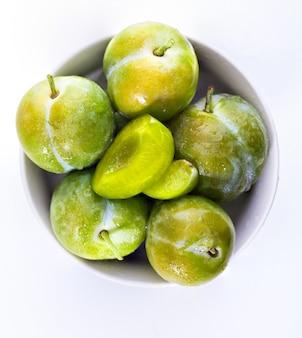 Prugne verdi fresche fresche e crude claudias. isolato