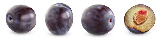 Prugne viola isolate. tre interi frutti e mezzo su bianco