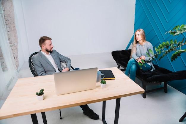 Psicologo che ha sessione con la sua paziente femminile in ufficio
